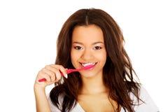 Adolescente hermoso cepillando sus dientes Foto de archivo libre de regalías