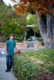 Adolescente hermoso con baloncesto Imagen de archivo libre de regalías