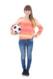Adolescente hermoso con el balón de fútbol aislado en blanco Foto de archivo