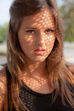 Adolescente hermoso con el modelo de la sombra en cara Fotos de archivo