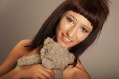 Adolescente hermoso con el oso de peluche Imagen de archivo