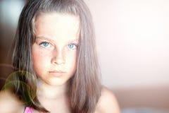 Adolescente hermoso con el pelo largo en la luz del sol Imagen de archivo libre de regalías