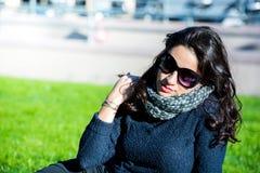 Adolescente hermoso con el pelo oscuro y los vidrios de sol Imagen de archivo