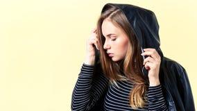Adolescente hermoso con el pelo y las pecas del jengibre que presentan para el retrato en una chaqueta de cuero negra, fondo de l Imágenes de archivo libres de regalías