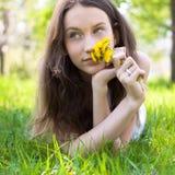 Adolescente hermoso con el ramo del diente de león Foto de archivo libre de regalías