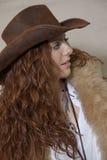 Adolescente hermoso con el sombrero y la piel de vaquero que miran lejos Foto de archivo