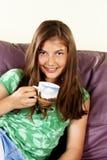 Adolescente hermoso con la bebida caliente en el país Imagen de archivo libre de regalías