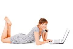 Adolescente hermoso con la computadora portátil Foto de archivo libre de regalías