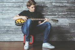 Adolescente hermoso con la guitarra eléctrica Fotos de archivo libres de regalías
