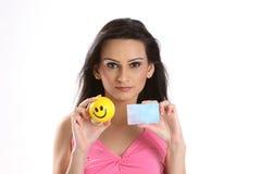 Adolescente hermoso con la tarjeta en blanco azul Fotos de archivo