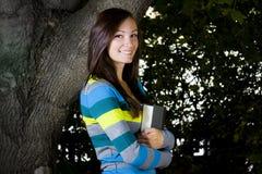 Adolescente hermoso con las hojas en el fondo Imagen de archivo