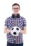 Adolescente hermoso con los auriculares y el balón de fútbol encendido Fotos de archivo libres de regalías
