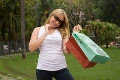 Adolescente hermoso con los bolsos de compras Foto de archivo libre de regalías