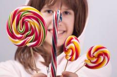 Adolescente hermoso con los lollipops Foto de archivo