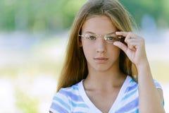 Adolescente hermoso con los vidrios Imagenes de archivo