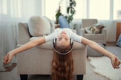 Adolescente hermoso con música que escucha del smartphone y de los auriculares Fotos de archivo