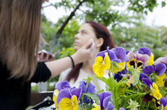 Adolescente hermoso con su artista de maquillaje Fotografía de archivo libre de regalías