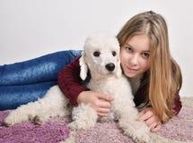 Adolescente hermoso con su caniche Foto de archivo