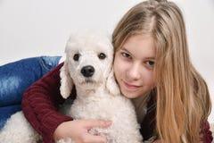 Adolescente hermoso con su caniche Fotografía de archivo libre de regalías
