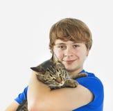 Adolescente hermoso con su gato Imagen de archivo libre de regalías