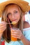 Adolescente hermoso con una bebida helada  Imagen de archivo libre de regalías