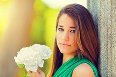 Adolescente hermoso con una Rose blanca Imagen de archivo libre de regalías