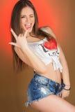Adolescente hermoso de la muchacha en pantalones cortos y camisa del dril de algodón Imágenes de archivo libres de regalías