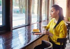 Adolescente hermoso de la raza mixta en cafetería Fotografía de archivo