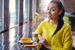 Adolescente hermoso de la raza mixta en cafetería Foto de archivo libre de regalías