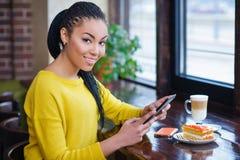 Adolescente hermoso de la raza mixta que usa la tableta digital Fotografía de archivo libre de regalías