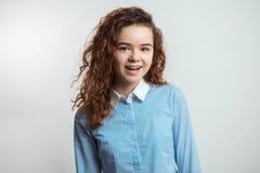 Adolescente hermoso del jengibre feliz en ropa casual Fotos de archivo libres de regalías