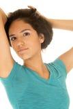 Adolescente hermoso del Latino que tira de su pelo para arriba que presenta Fotografía de archivo