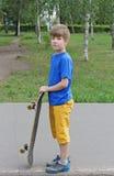 Adolescente hermoso del muchacho con el monopatín Imagen de archivo