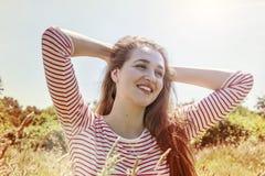 Adolescente hermoso despreocupado sonriente con el viento en el pelo que se relaja Imagen de archivo libre de regalías
