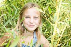 Adolescente hermoso en bambú verde Fotos de archivo