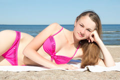 Adolescente hermoso en bikini en la playa Foto de archivo libre de regalías