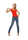 Adolescente hermoso en camiseta roja Imagen de archivo libre de regalías