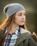 Adolescente hermoso en capa caliente y sombrero lanoso Fotografía de archivo libre de regalías