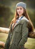 Adolescente hermoso en capa caliente y sombrero lanoso Fotos de archivo
