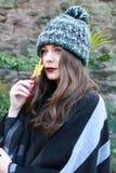 Adolescente hermoso en el otoño que sostiene una hoja Fotos de archivo libres de regalías