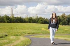 Adolescente hermoso en el parque Fotografía de archivo libre de regalías