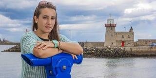 Adolescente hermoso en el puerto Imagenes de archivo