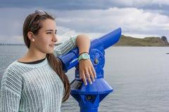 Adolescente hermoso en el puerto Fotografía de archivo