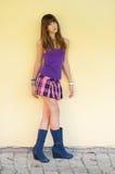 Adolescente hermoso en falda corta y cargadores del programa inicial Imagen de archivo