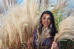Adolescente hermoso en hierba virginal Imagenes de archivo