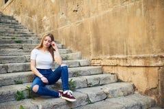Adolescente hermoso en la ciudad vieja Foto de archivo libre de regalías