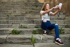 Adolescente hermoso en la ciudad vieja Imágenes de archivo libres de regalías