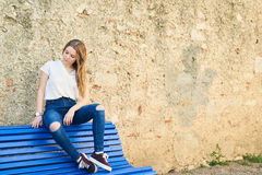 Adolescente hermoso en la ciudad vieja Imagenes de archivo