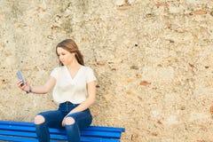 Adolescente hermoso en la ciudad vieja Fotografía de archivo libre de regalías