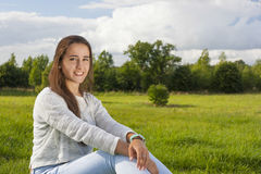 Adolescente hermoso en la hierba Imagenes de archivo